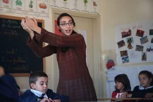 serena insegna ai bambini della scuola pubblica