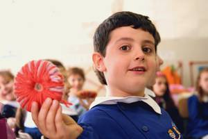 un bimbo della scuola pubblica scopre il valore della manualità. che gioia!!