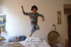 lorenzopedro salta sul letto