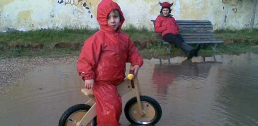 bimbi in bici nell'acqua