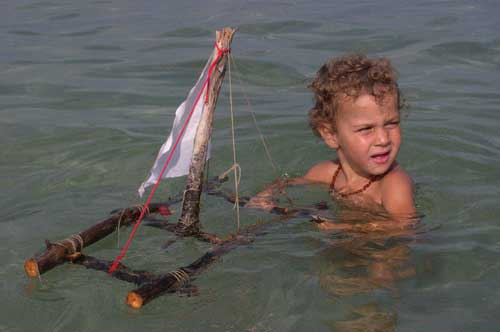 zeno e la barca di legno e stoffa