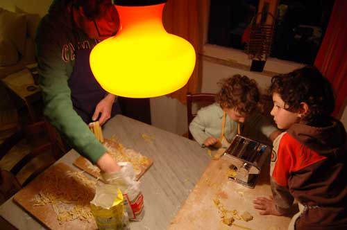 fare la pasta all'uovo con i bambini
