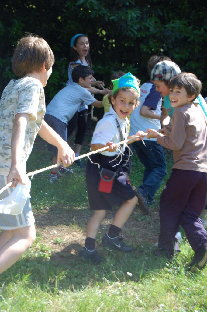 bambini giocano all'aperto VIVERE SEMPLICE